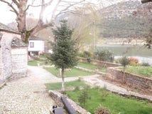Casa, jardín y lago viejos Fotografía de archivo