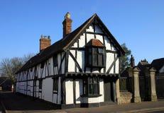 Casa larga del estilo de Tudor Imagenes de archivo