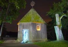 Casa leggiadramente alla notte Fotografie Stock Libere da Diritti