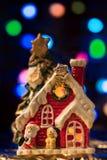 Casa leggiadramente di Natale con Santa Claus sul backgrou colorato del bokeh Fotografia Stock
