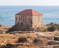 Casa libanesa tradicional sobre el mar Mediterráneo cerca de ruinas antiguas en Byblos, Líbano Fotografía de archivo
