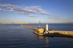 Casa ligera del puerto viejo y tercera - ciudad más grande de Francia, Marsella, Provence, Francia en el mar Mediterráneo Foto de archivo libre de regalías