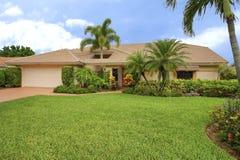 Casa limpa do estilo do rancho de Florida com o furo do telhado para acomodar a palmeira Imagem de Stock