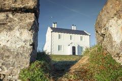 Casa litoral de Galês na luz brilhante da manhã fotografia de stock