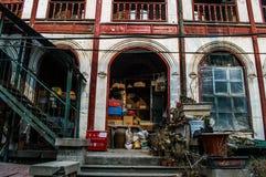 Casa llenada de los artículos detrás de Windows en Pekín, China Imagen de archivo