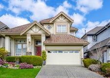 Casa luxuosa com ajardinar bonito Imagem de Stock Royalty Free