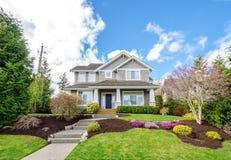 Casa luxuosa com ajardinar bonito Imagem de Stock