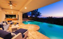 Casa luxuosa com a associação no por do sol imagem de stock royalty free