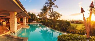 Casa luxuosa com a associação no por do sol Foto de Stock Royalty Free