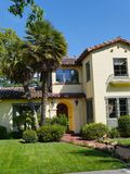 Casa luxuosa com grande frontyard Foto de Stock Royalty Free