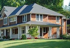 Casa luxuosa com o tapume de madeira da telha fotografia de stock