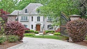 Casa luxuosa com porta aberta fotos de stock royalty free