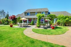 Casa luxuosa da exploração agrícola americana do país com patamar. Fotografia de Stock Royalty Free