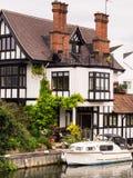Casa luxuosa do banco de rio imagens de stock royalty free