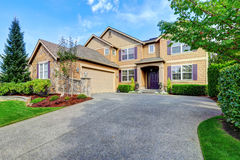 Casa luxuosa exterior com elementos roxos Appe impressionante do freio Fotos de Stock