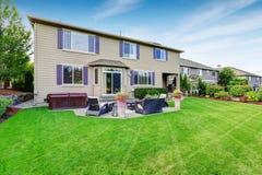 Casa luxuosa exterior com projeto impressionante da paisagem do quintal Imagens de Stock Royalty Free