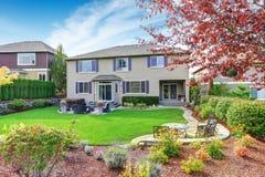 Casa luxuosa exterior com projeto impressionante da paisagem do quintal Imagem de Stock