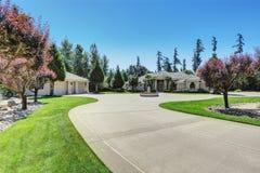 Casa luxuosa feito por encomenda com projeto perfeito da paisagem Fotos de Stock Royalty Free
