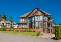 Casa luxuosa no centro da vizinhança no fundo do céu azul Imagem de Stock