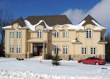 Casa luxuosa no inverno Imagem de Stock Royalty Free