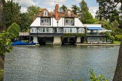 Casa luxuosa no rio Tamisa, Inglaterra imagens de stock royalty free