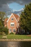 Casa luxuosa no rio Tamisa, Inglaterra imagem de stock