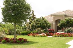 Casa luxuoso e jardim Imagens de Stock Royalty Free