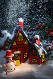 Casa mágica de la nieve con snowma Fotografía de archivo libre de regalías