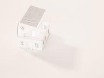 A casa mínima branca abriu o telhado com espaço da sombra e da cópia, 3d rendido Fotografia de Stock