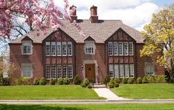 Casa masiva del ladrillo en primavera Imagen de archivo libre de regalías