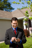 Casa: Mediador imobiliário Phoning Buyers fotos de stock royalty free