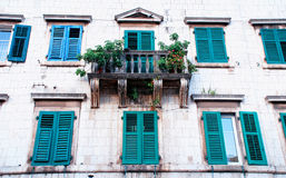 Casa medieval con los fragmentos, ventanas, balcón (Kotor, Montenegr Fotografía de archivo libre de regalías