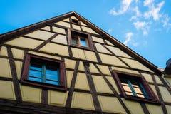 Casa medieval viva de Colmar con el cielo azul fotos de archivo libres de regalías