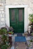 Casa mediterránea con la puerta y las flores verdes Fotografía de archivo libre de regalías