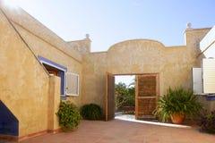 Casa mediterrânea dourada espanhola do pátio Imagem de Stock Royalty Free