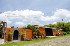Casa mexicana na rua de pedrinha Fotografia de Stock Royalty Free