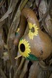A casa minúscula da cabaça pintado à mão cumprimenta Renters novos com entrada ensolarada, florido Fotografia de Stock