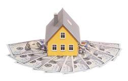 Casa minúscula y dinero aislados hipoteca Imágenes de archivo libres de regalías