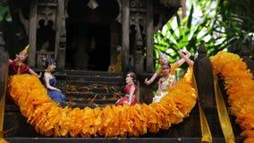 Casa miniatura de madera del alcohol de guarda Peque?a capilla del templo budista, guirnaldas coloridas de la flor Phum del phra  almacen de metraje de vídeo