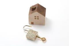 Casa miniatura e chiave isolate su fondo bianco Fotografie Stock Libere da Diritti