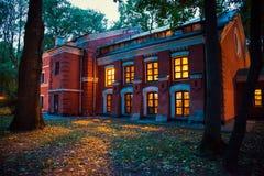 Casa misteriosa do Dia das Bruxas com luz amarela da janela tarde a imagens de stock