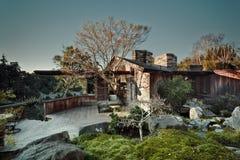A casa mistura dentro a natureza. Imagem de Stock
