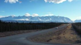 Casa mobile che guida la strada principale dell'Alaska stock footage