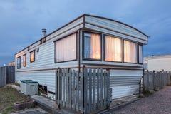 Casa mobile su un campo caravan al crepuscolo Fotografia Stock