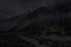 Casa mobile in tempo di inverno nei moutains di notte fotografia stock