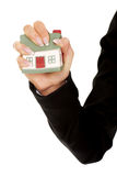 A casa modelo é esmagada na mão da mulher Fotografia de Stock