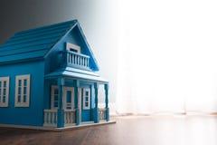 Casa modelo azul Fotos de Stock Royalty Free