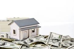 Casa modelo com dinheiro Fotografia de Stock Royalty Free