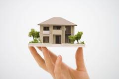 Casa modelo com uma mão Imagem de Stock