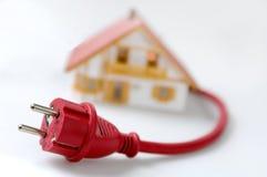 Casa modelo con el enchufe rojo Fotos de archivo libres de regalías